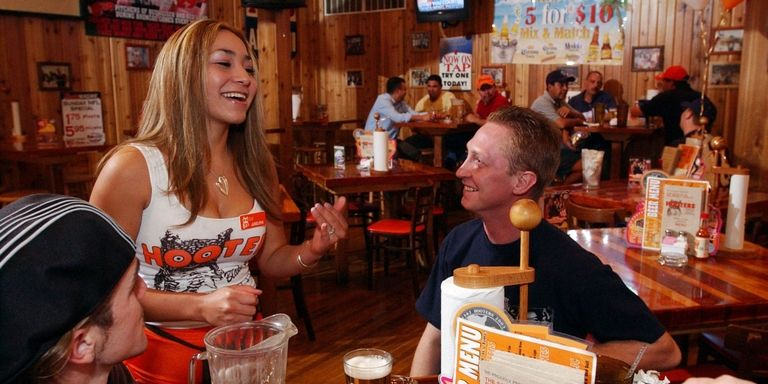 landscape-1441387142-hooters-161352380